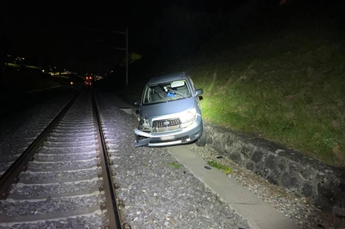 Auto landet auf den Bahngeleisen und wird von Zug erfasst in Romont