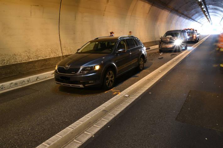 Auffahrtskollision zweier Personenwagen im Tunnel Plazzas