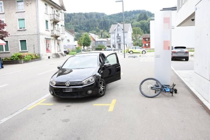 Der Velofahrer prallte in St. Margrethen SG in eine Autotüre.