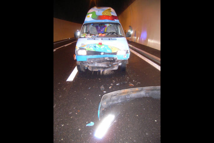 Am Unfall beteiligter VW-Bus im Naxbergtunnel