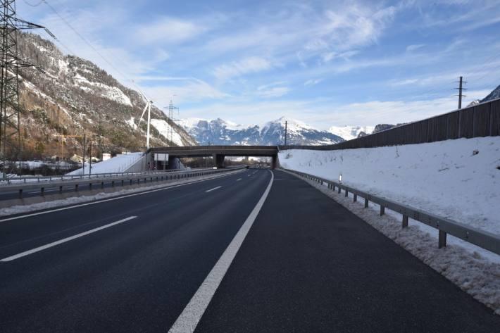 In Trimmis GR drängten sich gestern zwei Fahrzeuge auf der Autobahn ab.