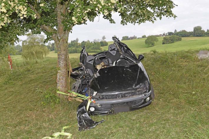 Unfallfahrzeug an der Bergrennstrecke in Oberhallau