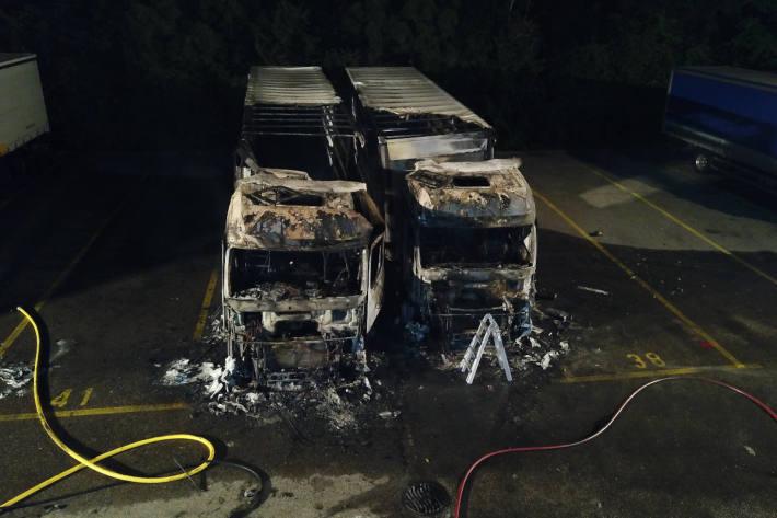 Zwei Lastwagen auf Firmenareal in Dietikon ausgebrannt