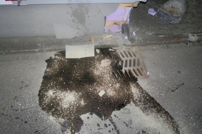 Am Fahrzeug und an zwei Liegenschaften ist Sachschaden entstanden.