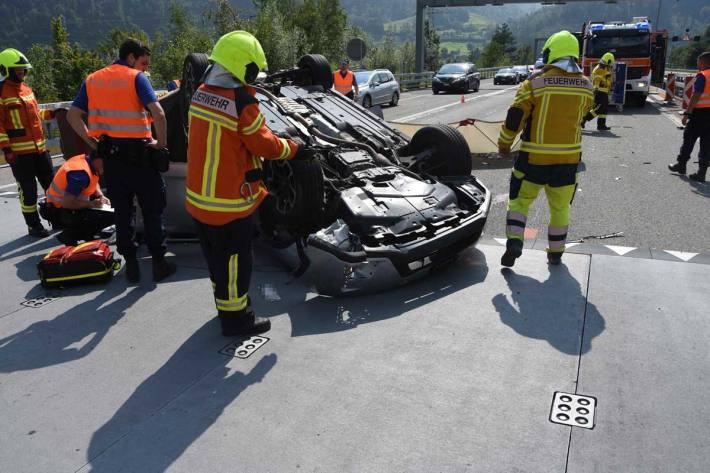 Das Auto hob ab, überschlug sich, drehte sich auf dem Dach um 90 Grad und kam schlussendlich auf der Höhe der Ausfahrt Walenstadt, auf dem Normalstreifen, zum Stillstand