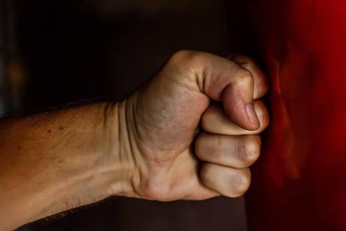 Der 29-Jährige beschädigte den Pkw des 42-Jährigen und dessen Mobiltelefon, woraufhin der 42-Jährige mit der Faust ins Gesicht seines Gegenübers schlug (Symbolbild)
