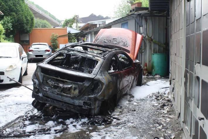 Bei einem Reifenwechsel hat in Hagen-Eilpe ein Mercedes Feuer gefangen und ist vollständig ausgebrannt