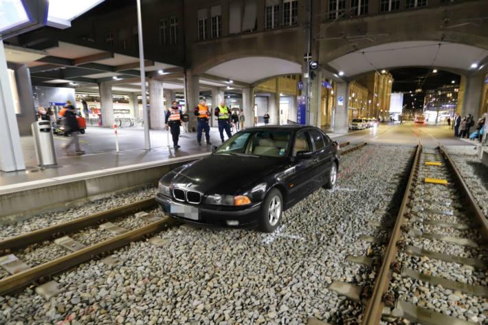 Der BMW gerät auf die Geleise.