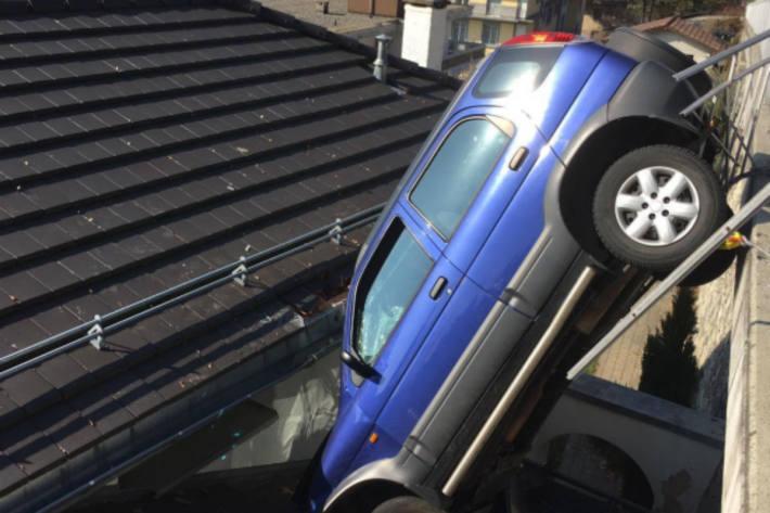 Das Auto landete auf dem Hausdach.