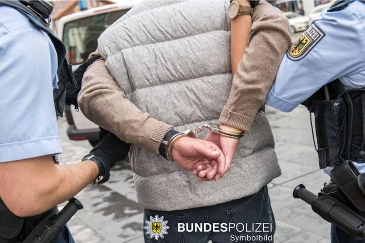 Ein 58-jähriger entblößte sich am S-Bahnhaltepunkt in München und onanierte vor den Augen einer 29-jährigen Polizeibeamtin, die in zivil unterwegs war