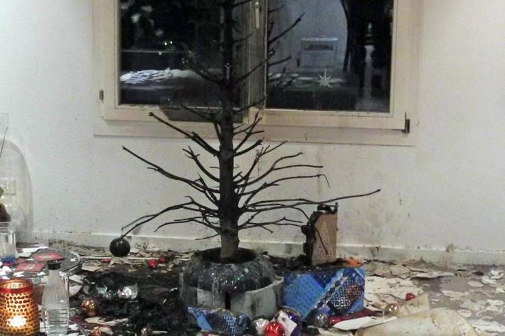 Ein Christbaum, der mit echten Kerzen beleuchtet war, geriet in Altendorf in Brand