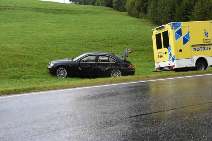 Der BMW erlitt bei der Kollision mit dem Anhänger Totalschaden auf dem Ricken.