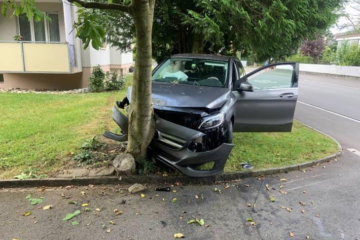 In Oberentfelden AG ist ein Auto in einen Baum gefahren.