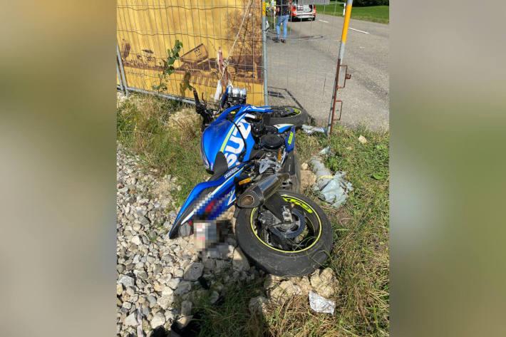 Motorradlenker wird bei Kollision mit Auto verletzt