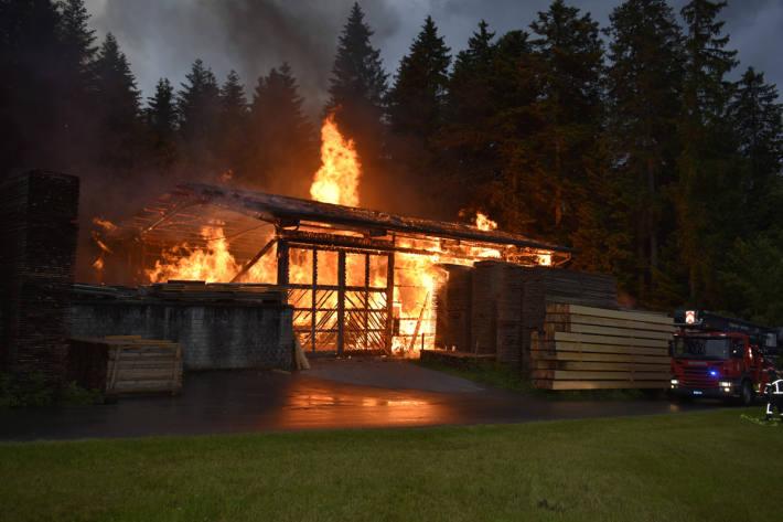 Sägerei steht in Brand in Steinhuserberg