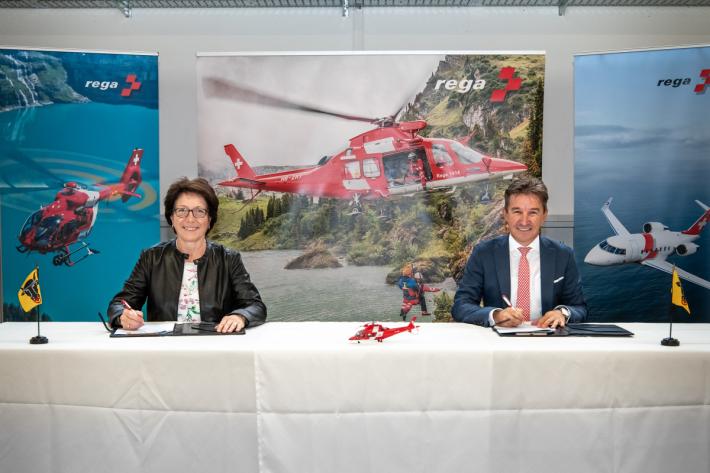Barbara Bär, Gesundheitsdirektorin des Kt. Uri, und Rega-CEO Ernst Kohler unterzeichnen die Leistungsvereinbarung.