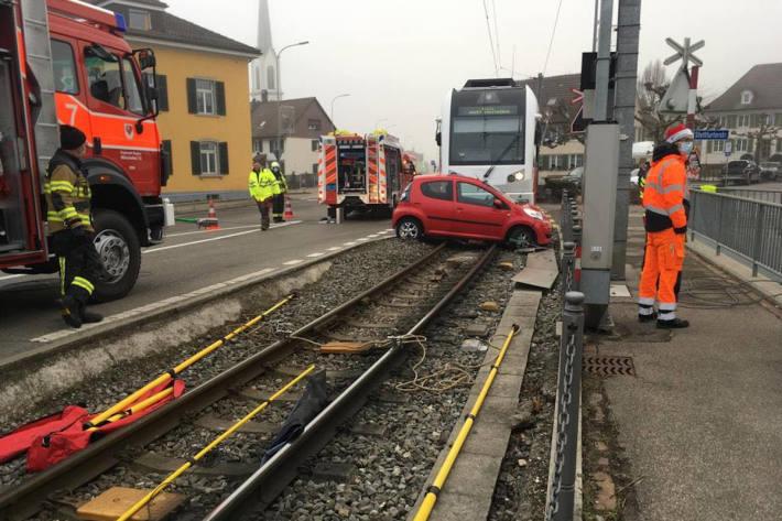 Heftige Kollision zwischen Auto und Zug in Matzingen
