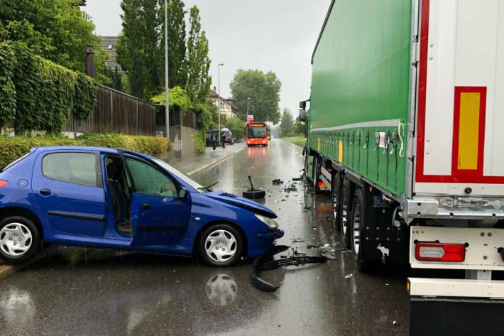 Das Auto fuhr in den Lastwagen.