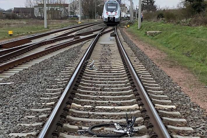 Ein Täter legte auf Höhe des Haltepunktes Piesteritz ein Fahrrad in das Gleis