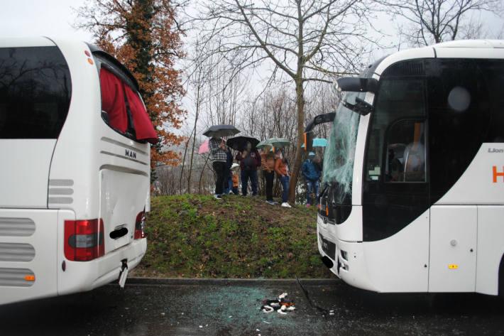 Drei Personen wurden verletzt.