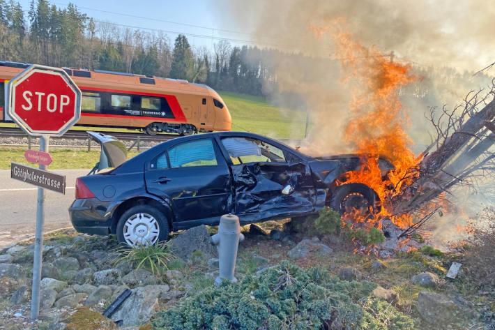 Auto nach Unfall in Brand geraten in Sulgen TG