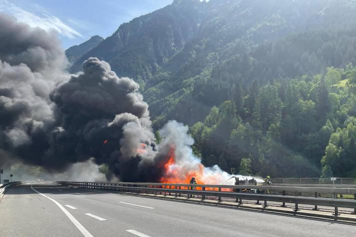 Brand am Montag eines Sattelmotorfahrzeugs auf der A2