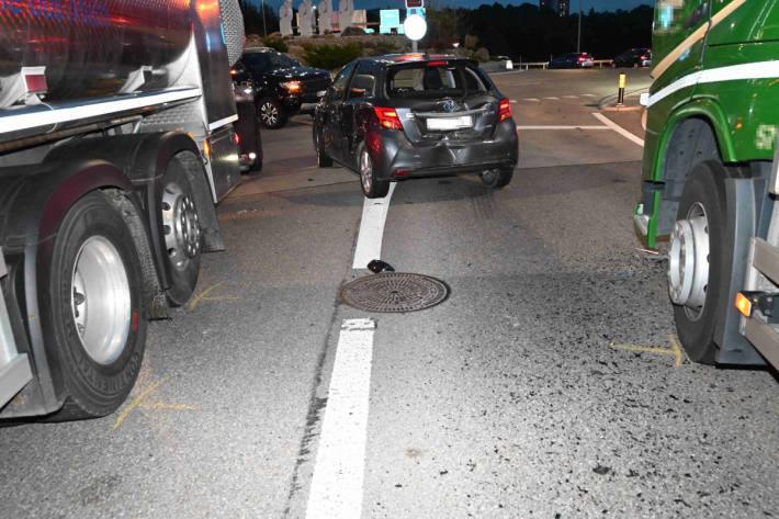 Kollision im Kreisverkehrsplatz zwischen Lastwagen und Auto
