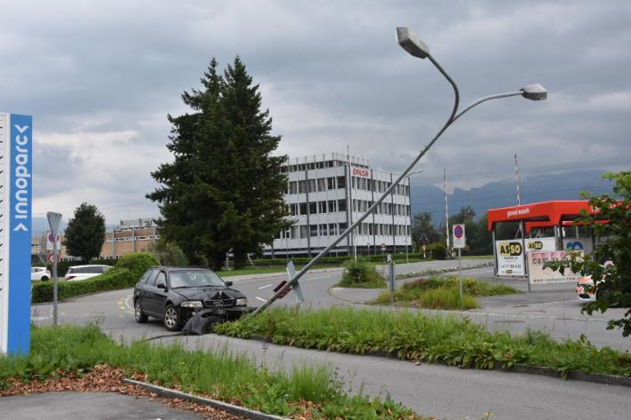 In Heerbrugg AG ist ein Auto in ein Kandelaber geprallt.