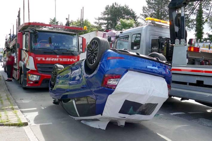 Der Neuwagen landete auf dem Dach und wurde durch den Aufprall komplett zerstört