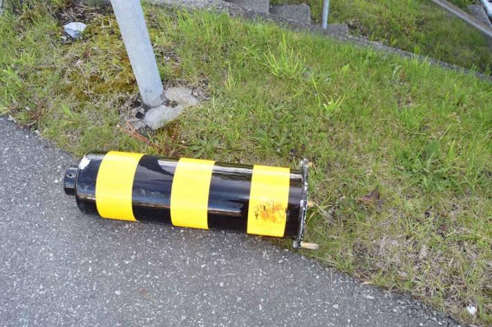 Bei Unfall Inselschutzpfosten aus Verankerung in Herisau gerissen