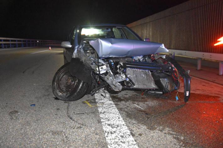 Autofahrer schrottet sein Fahrzeug auf der A3