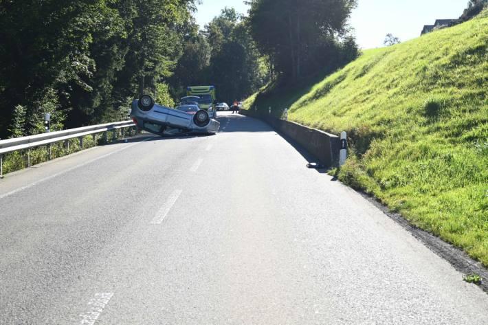 Beim Unfall in Degersheim SG verletzte sich die Autolenkerin leicht. Das Fahrzeug erlitt Totalschaden.