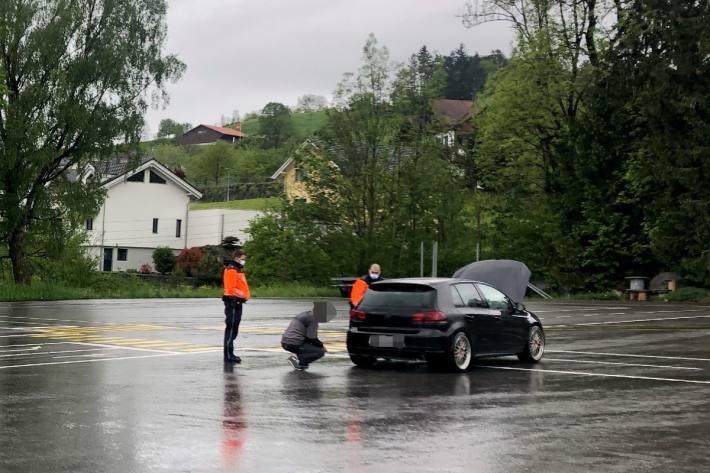In Altstätten SG wurden gestern bei einer Vehrkerskontrolle zwei Fahrzeuge stillgelegt.
