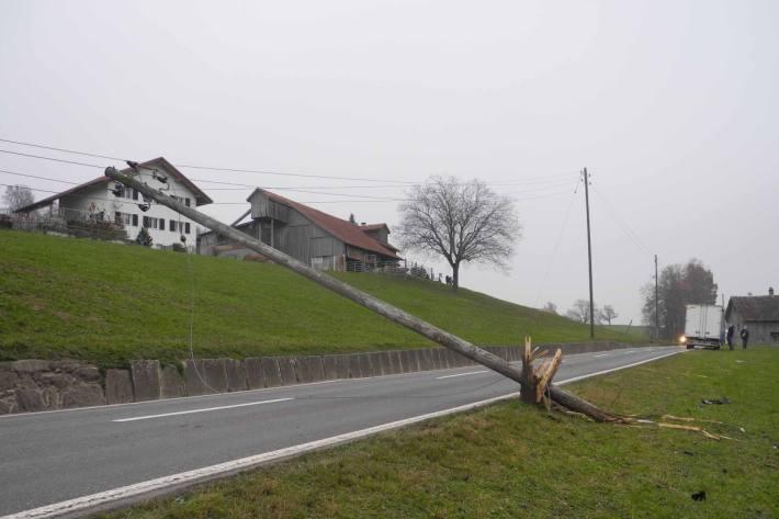 In Tuggen SZ ist gestern Mittwoch ein Lieferwagen in einen Strommasten gefahren.