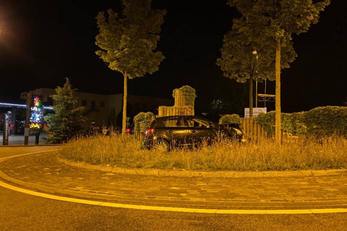Personenwagen verursacht Selbstunfall und wird stark beschädigt in Münchenstein