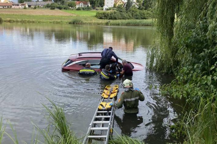 Menschenrettung aus Teich