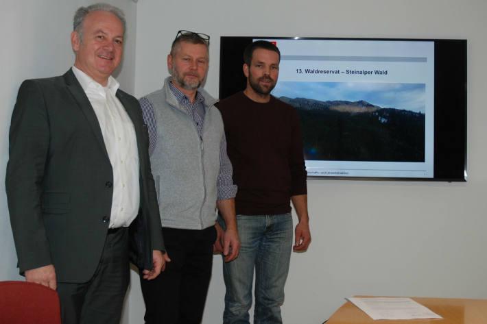 Regierungsrat Joe Christen (v.l.), Bruno Lussi (1. Bannwart Alp Steinalp) und Heinz Amstad (2. Bannwart Alp Steinalp).