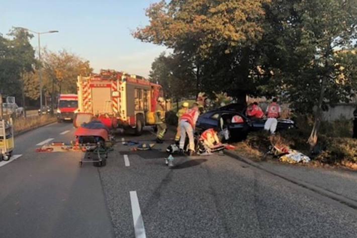 Nach einem schweren Verkehrsunfall sucht die Polizei einen schwarzen PKW