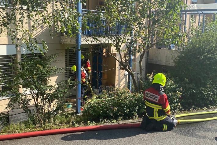 Flammen und Rauch in einem Mehrfamilienhaus