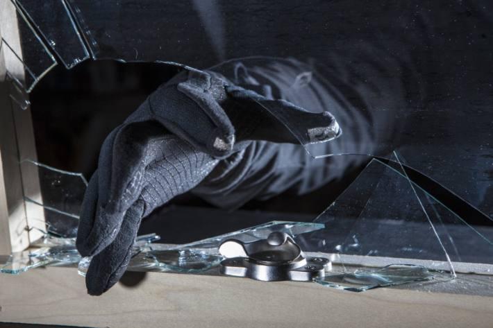 Die unbekannte Täterschaft schlug in St.Gallen eine Scheibe ein und gelangte so in die Büroräumlichkeiten (Symbolbild)