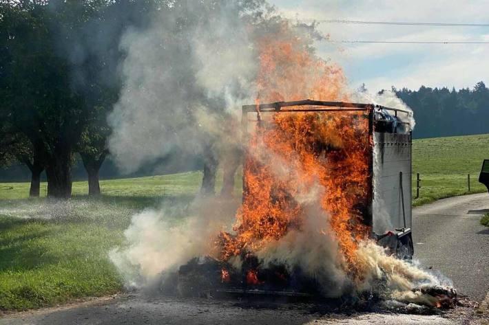 Anhänger mit Strohballen brannte