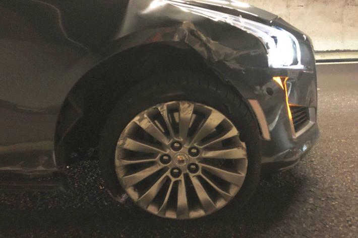 Beschädigtes Unfallfahrzeug im Kerenzerbergtunnel auf der A3 in Filzbach