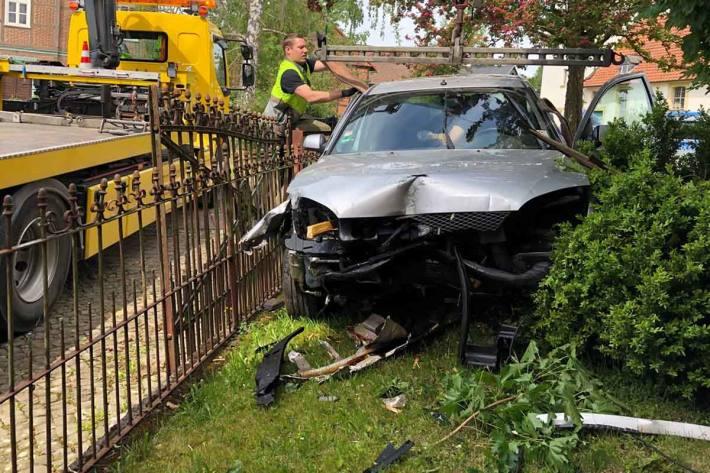 Bei dem Verkehrsunfall wurde in Bad Salzdetfurth der Pkw im Frontbereich stark beschädigt