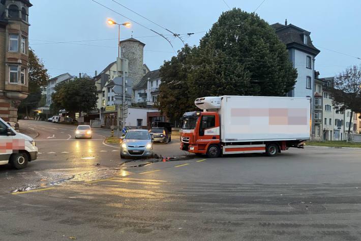 Kollision zwischen Lastwagen und Auto aufgrund Rotlichtmissachtung