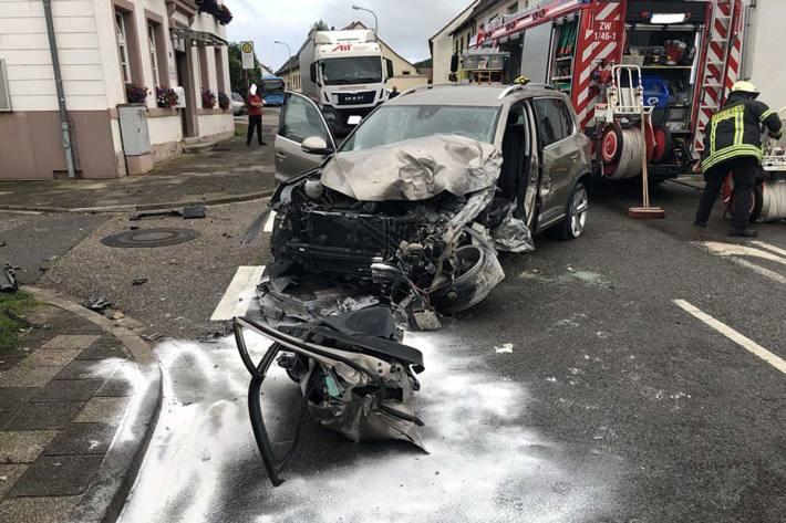 Die im Wagen eingeklemmte Fahrzeugführerin musste durch die Feuerwehr Zweibrücken aus dem zerstörten Fahrzeug befreit werden