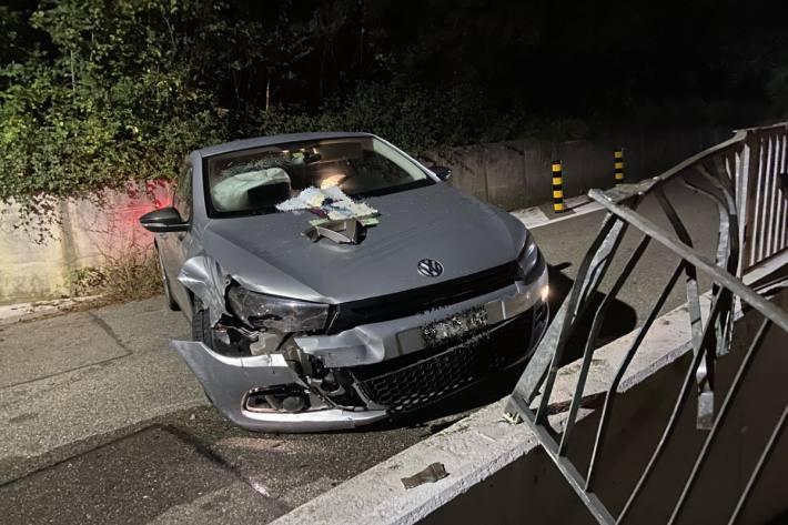 Das Auto wurde beim Selbstunfall in Hölstein BL massiv beschädigt.