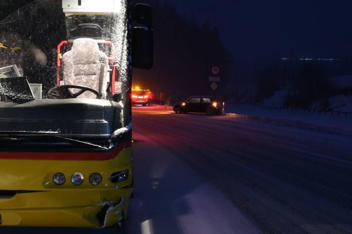 Bonaduz GR – PW gerät ins Schleudern und kollidiert mit Postauto