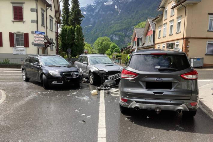 Heftige Kollision zwischen drei Fahrzeugen