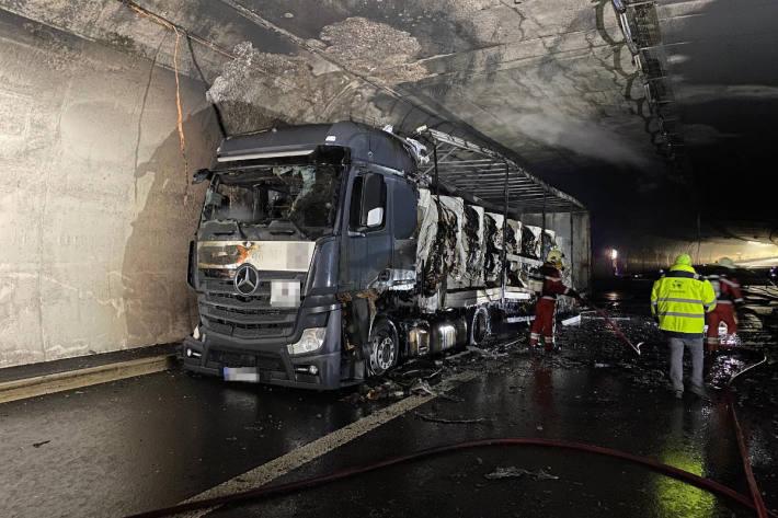 Lastwagenbrand in Autobahntunnel auf der A3 bei Aesch
