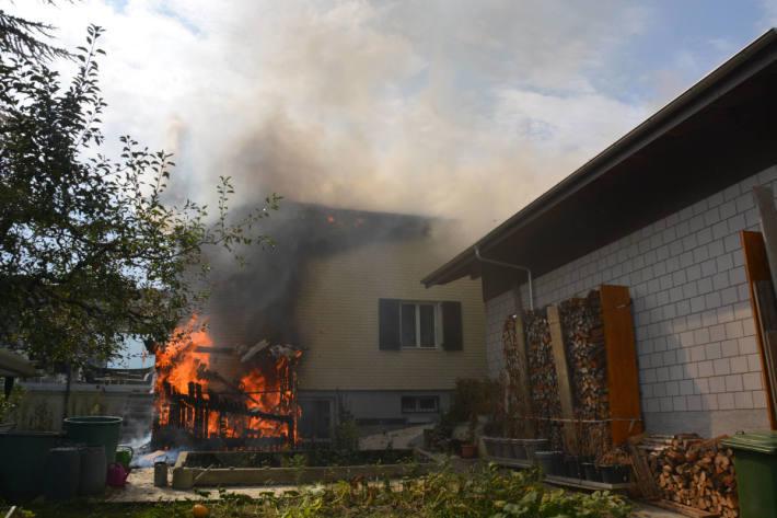 Holzschopf und Einfamilienhaus durch Feuer massiv beschädigt